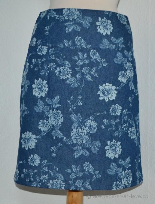 blomstret-nederdel-med-baerestykke-pppp