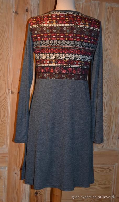 Kjole med empiresnit - bag