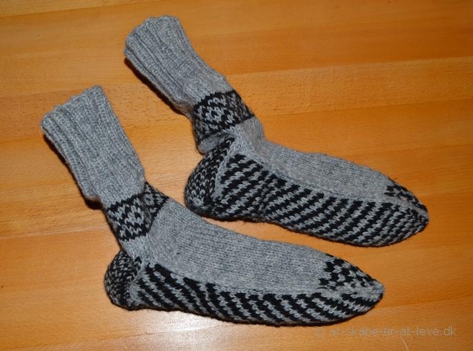 Sokker med mønsterstrikket bund