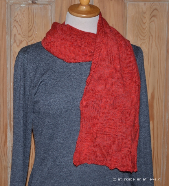Tørklæde med små og store toppe - magisk garn