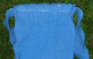 Bagsiden af tasken. Ribkanten vidner om en fortid som en sweater.