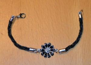 Et smykkeled monteret på to kumihimostykker og monteret med endedupper med øje og karabinlås.