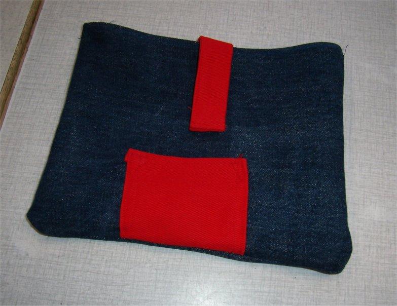 Udvendig rød lomme og lukning med samme stof.